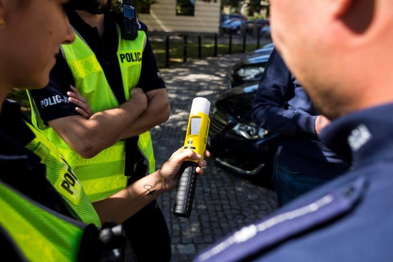 28 marca 2020 r. na ul. Starorudzkiej w Łodzi samochód uderzył w słup przystanku. 27-letni kierowca miał 3 promile alkoholu w organizmie. >&a