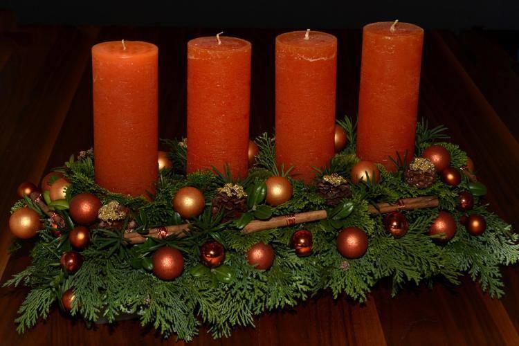 Wieniec adwentowy symbolizuje domową pobożność. Według ludowych zwyczajów robi się go z gałązek drzewa iglastego, które ozdabia się czterema świecami.