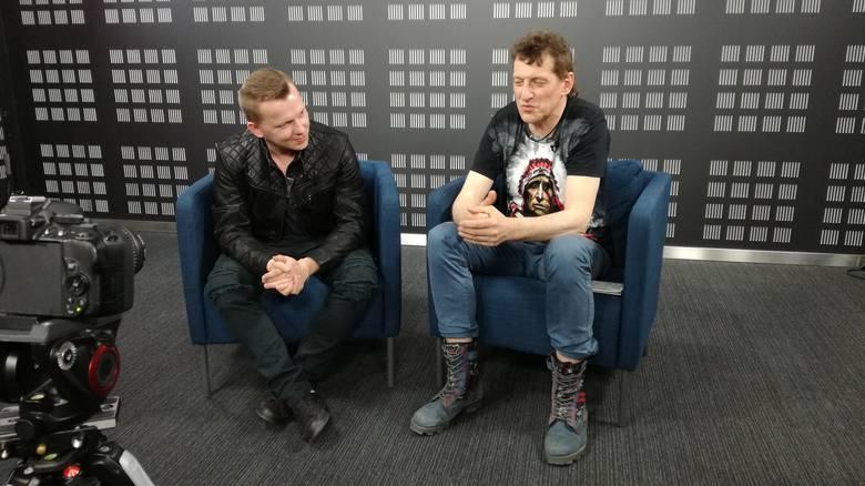 """Bartosz Wójcik (z lewej) i Jacek Dewódzki na """"przesłuchaniu"""" w studiu viv24 Polska Press Grupy"""