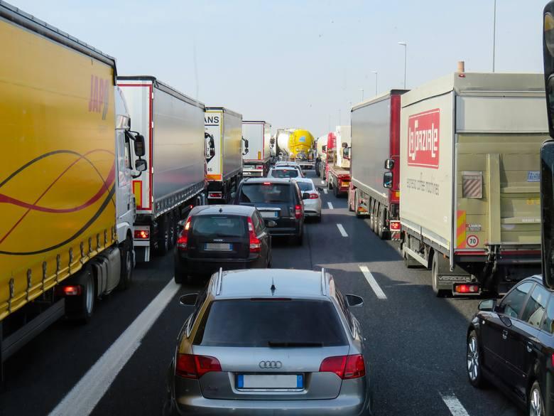 Polskie firmy transportowe cierpia na chroniczny brak kierowców...