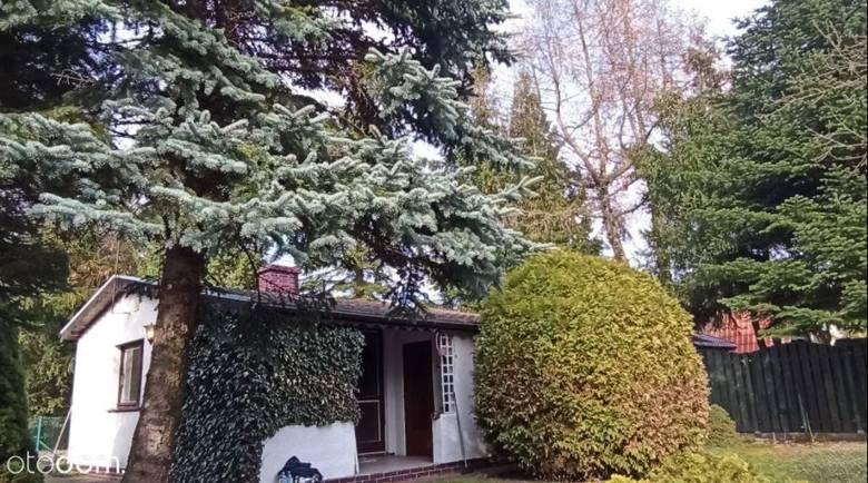 Lusówko, przy jeziorze OtowoPowierzchnia działki 400 m kw. Na działce znajduje się murowany domek z kominkiem ok. 40 m2 z możliwością całorocznego zamieszkania.