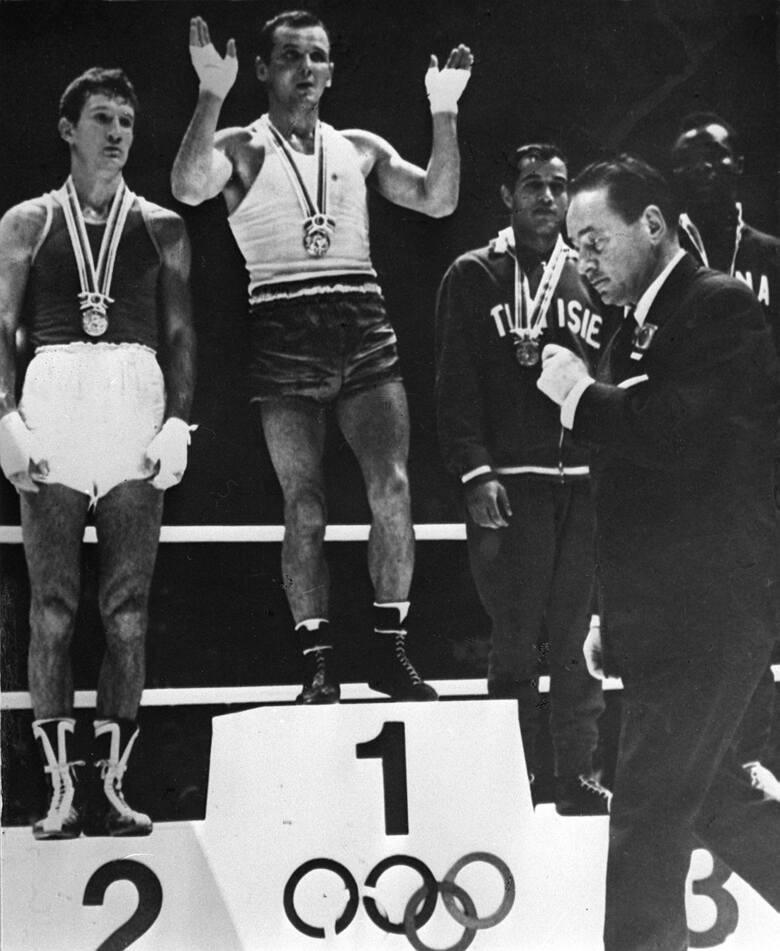 Jerzy Kulej podczas ceremonii wręczenia złotego medalu (IO Tokio 1964 r.).