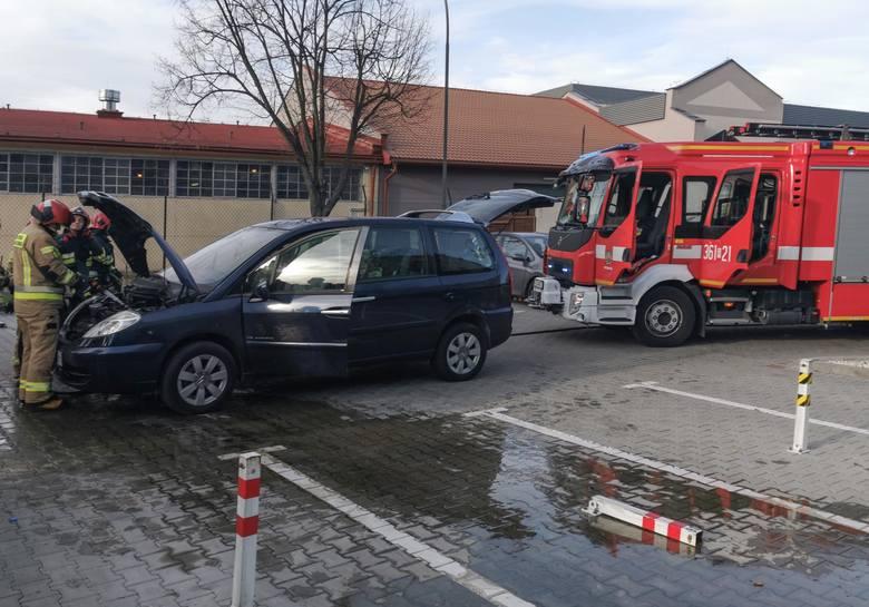 Do zdarzenia doszło we wtorek na ul. Siemiradzkiego w Przemyślu. W wyniku samozapłonu doszło do pożaru komory silnika w osobowym citroenie. Przed przyjazdem