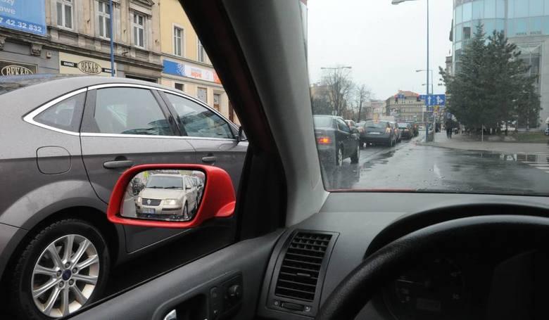 Kłopoty z parkowaniem w Opolu. Straż Miejska radzi, aby kierowcy omijali ścisłe centrum miasta