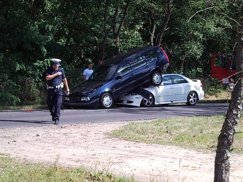 Karambol koło Poddębic. Zderzyły się cztery samochody [ZDJĘCIA]