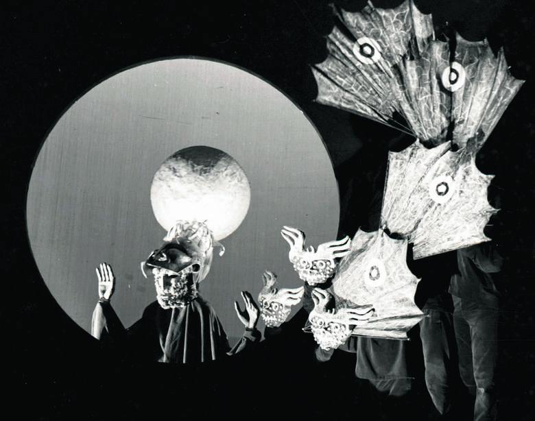 """Zdjęcie ze spektaklu """"Legendy Zodiaku"""",  1966 rok"""
