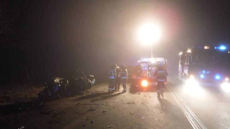 Wypadek wydarzył się dzisiaj  około godz. 3 w nocy w miejscowości Ogrodzona, na granicy powiatów kutnowskiego i łęczyckiego. Doszło tam do czołowego