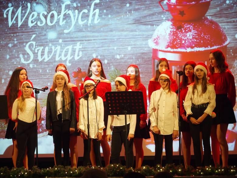 Na scenie zaprezentowały się zespoły młodzieżowe Muza i Minutki pod kierownictwem Elżbiety Szelągowskiej. Publiczność, która wypełniła salę widowiskową