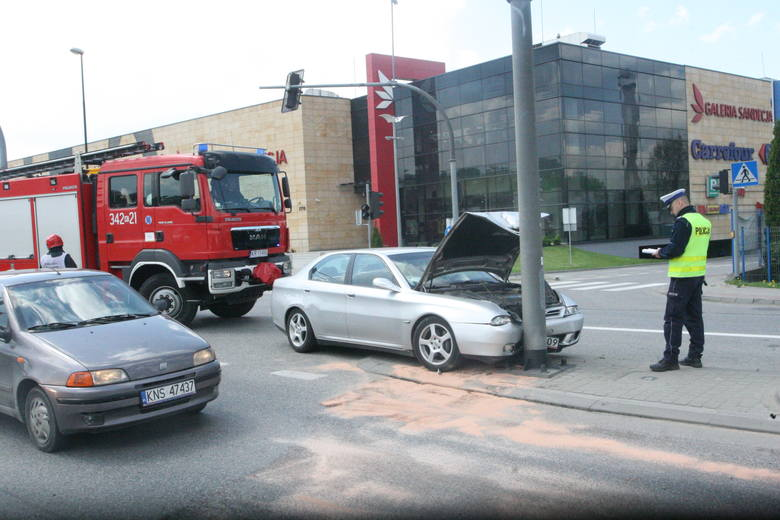 Nowy Sącz. Kierowca alfy romeo wjechał w słup na środku ul. Węgierskiej [ZDJĘCIA, WIDEO]