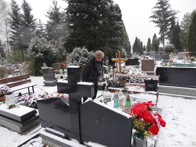 - Odwiedzam cmentarz co najmniej raz na tydzień, więc może kiedyś zaniosę tam wykorzystany znicz - mówi pani Krystyna.