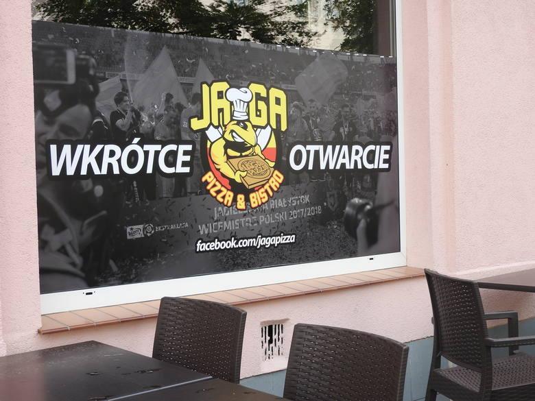 Praca wre! Telewizory się montują, bar zapełnia alkoholami, a na ścianach niedługo zawisną koszulki piłkarzy Jagiellonii. Jaga Pizza&Bistro przygotowuje