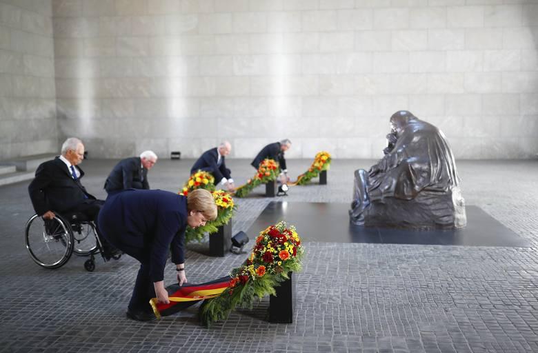 Niemiecka kanclerz Angela Merkel wraz z prezydentem Frankiem-Walterem Steinmeierem, szefem parlamentu Wolfgangiem Schaeuble, premierem Brandenburgii
