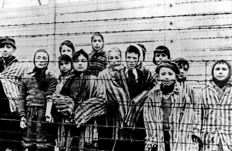 Więźniowie obozu Auschwitz. W tym wypadku straty trudno nawet oszacować