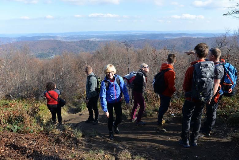 Turyści na szlaku na Bukowe Berdo.