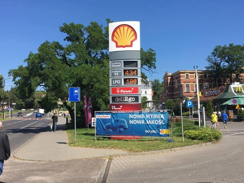 Stacja Shell przy pl. Teatralnym w ZabrzuZobacz kolejne zdjęcia/plansze. Przesuwaj zdjęcia w prawo - naciśnij strzałkę lub przycisk NASTĘPNE
