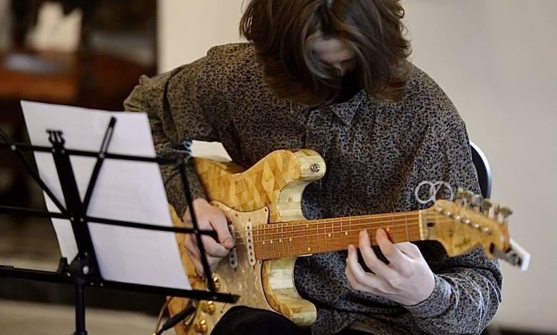Podczas konferencji prasowej zagrano koncert na bursztynowej gitarze elektrycznej