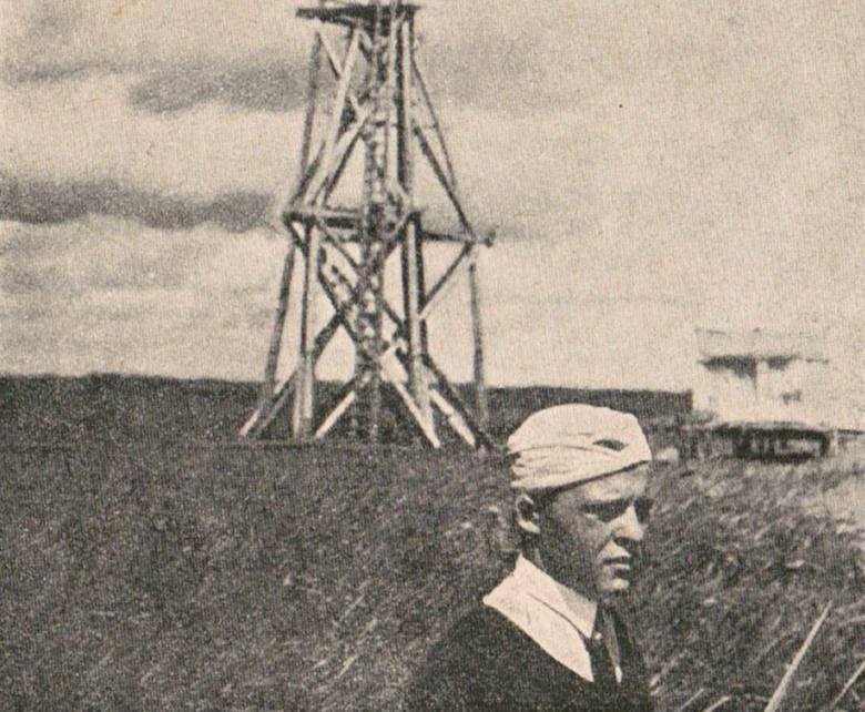 Mój ojciec, który pracował w Wojskowym Instytucie Geograficznym w Warszawie jako triangulator, na tle wieży triangulacyjnej