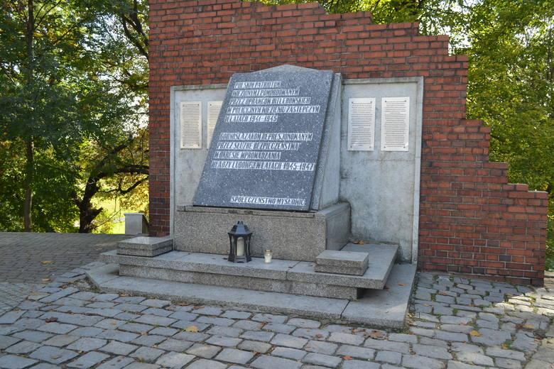 Obecnie miejsce pamięci na Promenadzie w Mysłowicach znajduje się u góry, przy wejściu do parku. Zobacz kolejne zdjęcia. Przesuń zdjęcia w prawo - wciśnij