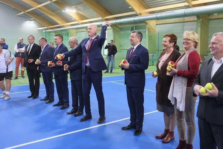 We wtorek oficjalnie otwarto halę tenisową przy Szosie Chełmińskiej 75 B. To kolejny obiekt sportowy Torunia, który dzień wcześniej został  uzyskał miano