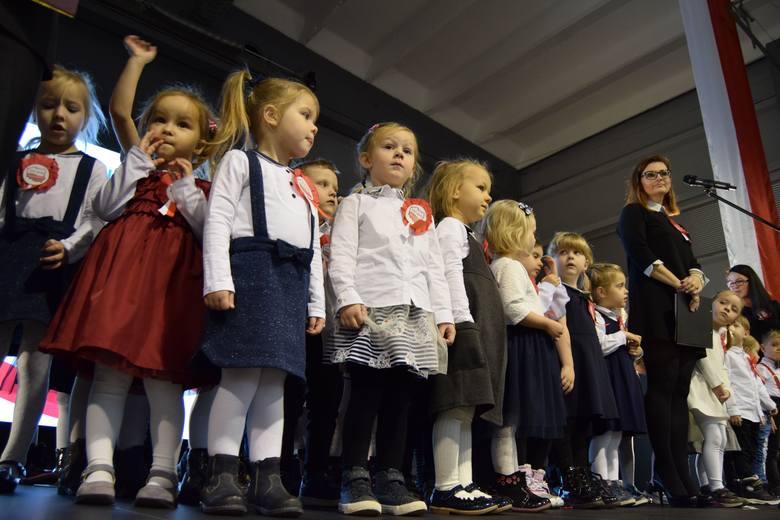 """Prawie 150 dzieci z Przedszkola Miś wspólnie z rodzicami śpiewało Mazurka Dąbrowskiego włączając się bicie """"Rekordu dla Niepodległej"""". W piątek 9 listopada,"""