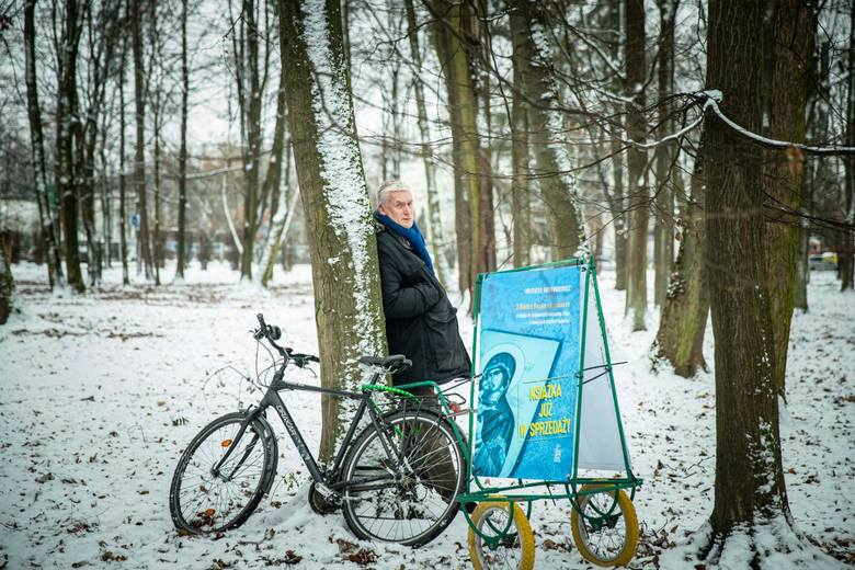 Wojciech Koronkiewicz, zapalony rowerzysta w połowie grudnia 2020 roku nieustannie promował w taki właśnie sposób swoją książkę