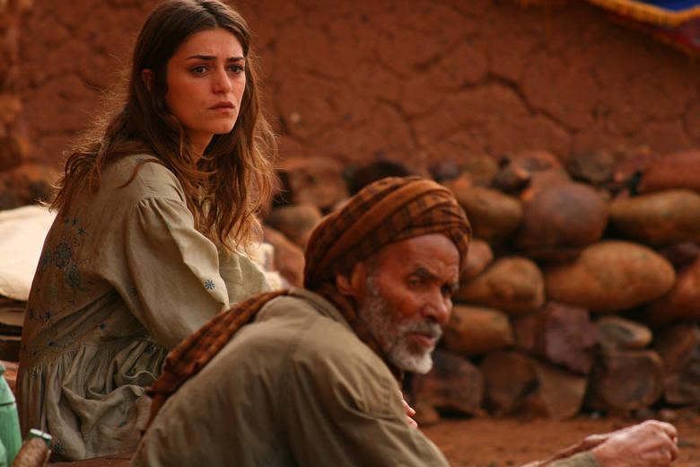 """""""W pułapce miłości""""Telewizyjna adaptacja powieści Burka miłości, autorstwa hiszpańskiej pisarki i dziennikarki Reyes Monforte, która"""