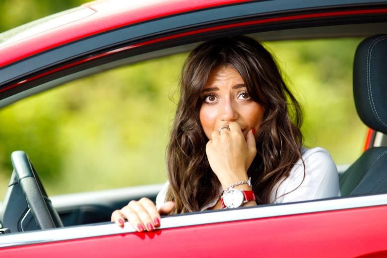 Kobieta nie umie parkowaćA jeszcze, żeby tyłem? Kawały, filmy i zdjęcia z żeńskiego parkowania - niestety dla płci pięknej - przyczyniają się do utrwalenia
