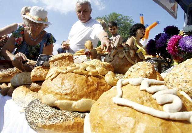 Chleb dożynkowy i związane z nim zwyczaje [przepis]