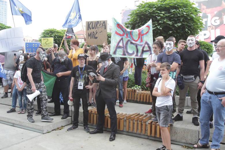 Protest przeciwko dyrektywie Unii Europejskiej dotyczącej zmian w prawie autorskim, tzw. ACTA 2, odbył się na rynku w Katowicach