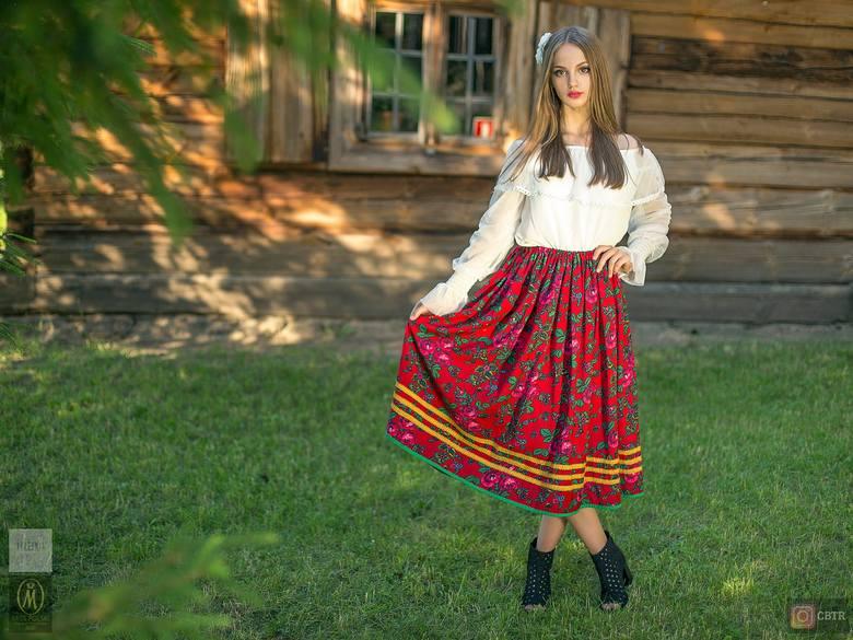 """Miss Ziemi Łomżyńskiej 2020. Zobacz efekty """"kurpiowskiej"""" sesji w skansenie w Nowogrodzie. Zdjęcia"""