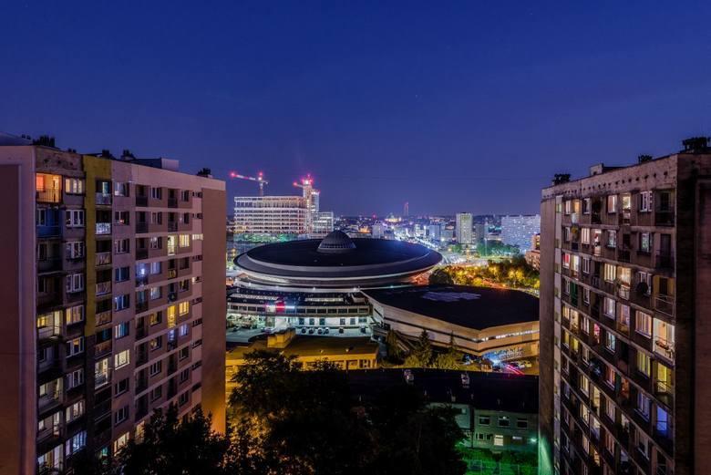 1. Urzekający widok za oknemSpektakularna panorama miasta jest możliwa dzięki oknom sięgającym od sufitu do podłogi lub całym przeszklonym ścianom w