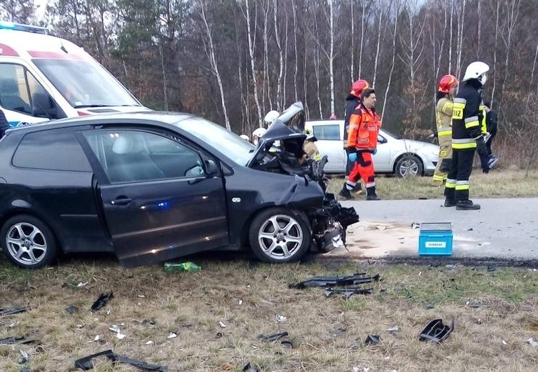 Biadoliny Radłowskie. Zderzenie dwóch samochodów na drodze serwisowej przy autostradzie. Trzy osoby zostały ranne [ZDJĘCIA]