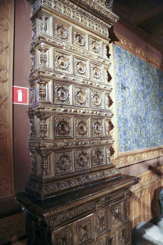 Wnętrza zachwycają oryginalnym wystrojem. Do dzisiaj, obok ekspozycji muzealnej można podziwiać wzorzyste tapety, uwagę przykuwają ozdobne piece.