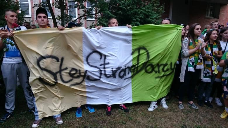 Blisko czterystu kibiców n.in. z Gorzowa, Poznania, Wrocławia i Zielonej Góry w poniedziałek, 24 sierpnia o godz. 19.00 zgromadziło się pod zielonogórskim