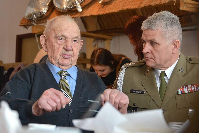 Major Leon Kaleta, 108 - latek z Sobowic w gminie Imielno oraz pułkownik Jarosław Molisak, szef Wojewódzkiego Sztabu Wojskowego w Kielcach. Spotkanie