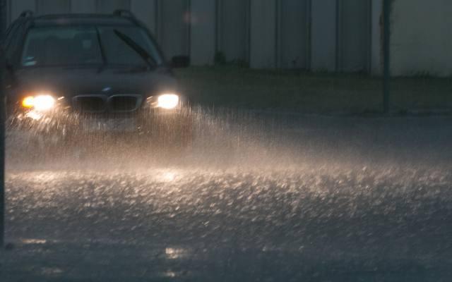 Intensywne opady deszczu w regionie. Trudne warunki na drogach [PROGNOZA POGODY, WIDEO, KAMERKI, MAPY]