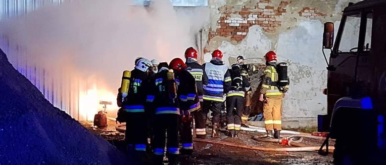 Potężny pożar pod Wrocławiem. Spłonął magazyn z drewnem