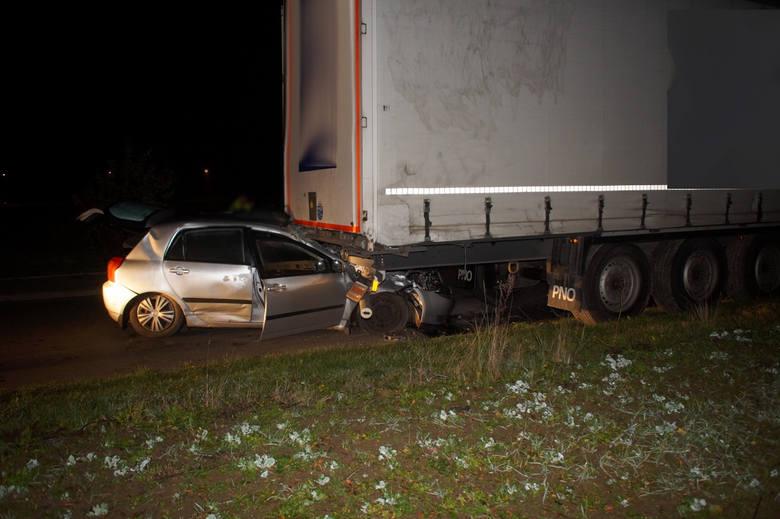 Do bardzo groźnie wyglądającego wypadku doszło wczoraj wieczorem w Redzikowie. Kierujący osobową Toyotą mężczyzna, wbił się w tył naczepy samochodu ciężarowego.