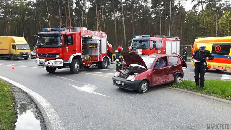61-letni kierowca fiata seicento wymusił pierwszeństwo przejazdu na 48-letniej kierującej fordem fiesta. - Doszło do zderzenia, w wyniku którego do szpitala