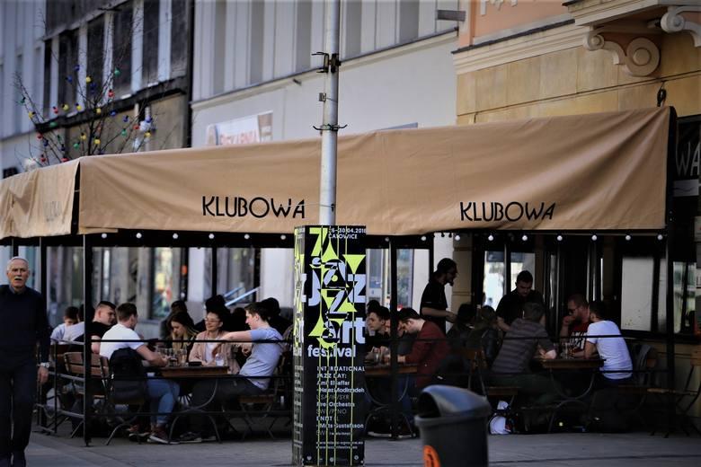 Można usiąść w lokalu, czy tylko w ogródku?Goście mogą zjeść posiłek zarówno na sali, w środku, jak i w ogródku restauracyjnym.