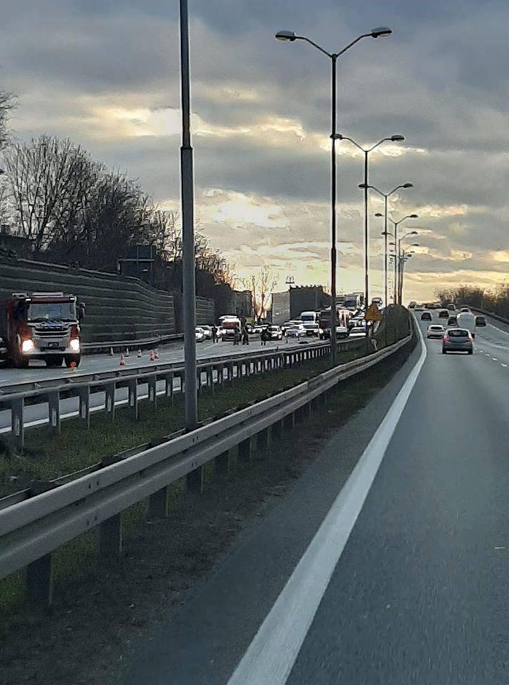 Zderzenie na Roździeńskiego w Katowicach spowodowało korek w kierunku Sosnowca. Zobacz kolejne zdjęcia. Przesuwaj zdjęcia w prawo - naciśnij strzałkę
