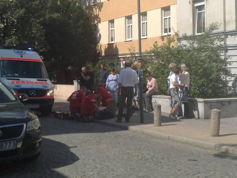 Wtorek, ul. Powstańców Śl. w Opolu. Starszy mężczyzna doznał zawału. Po reanimacji karetka zabrała go na kardiologię do WCM.