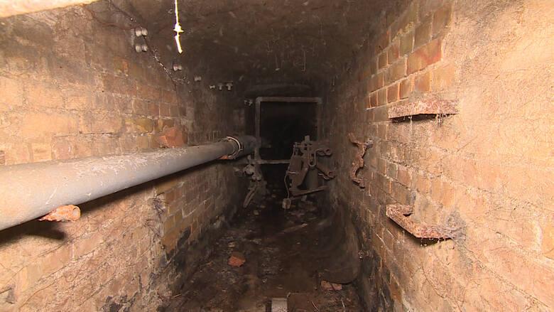 Tym korytarzem doszli do włazu w podłodze kościoła.