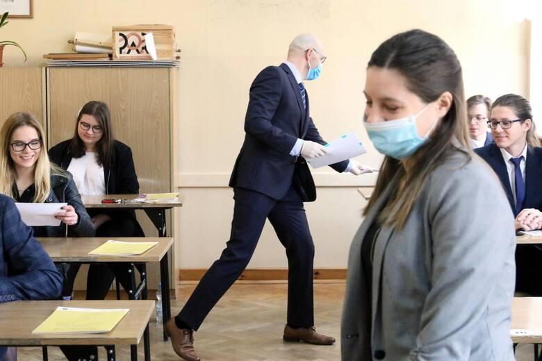 W pięciu wrocławskich liceach maturę zdali w tym roku wszyscy uczniowie. W sześciu innych egzamin oblała ponad połowa maturzystów. Sprawdź na kolejnych