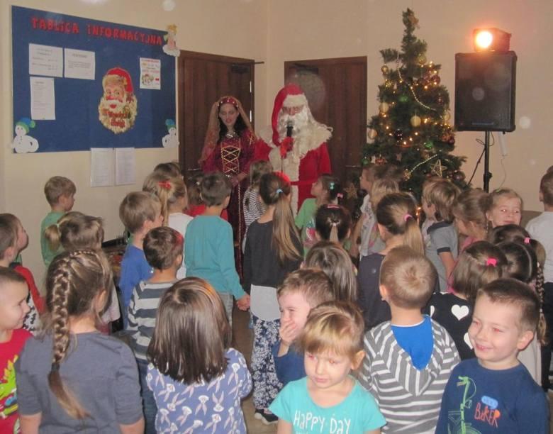 Tradycyjnie 6 grudnia dwóch Mikołajów stało od rana w drzwiach przedszkola i witało słodkimi, czekoladowymi lizakami przychodzące dzieci.