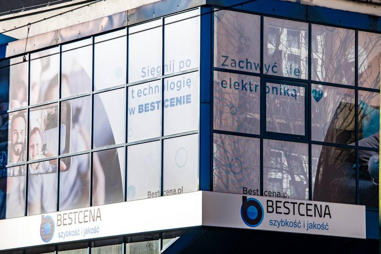 Bestcena.pl ma swoje biuro obsługi w Poznaniu. Jednak kiedy udaliśmy się na miejsce w środę, 5 lutego po godz. 10 - drzwi były zamknięte. Nie działa także infolinia.