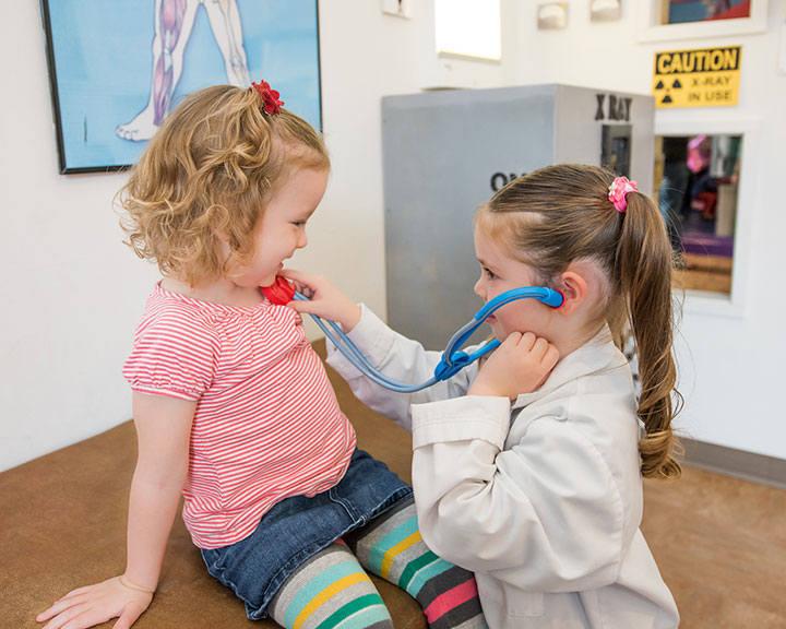 Zabawa w lekarza - które dziecko jej nie kocha? Nic dziwnego, że producenci zabawek prześcigają się w pomysłach na komplety narzędzi do takiej zabawy.
