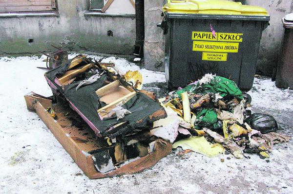 Część spalonych rzeczy strażacy wyrzucili przez okno.