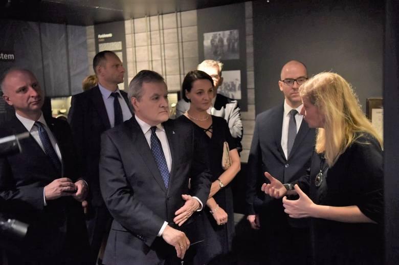 O historii rotmistrza Witolda Pileckiego pod Bramą Brandenburską. W Berlinie otwarto wystawę o polskim bohaterze [ZDJĘCIA]