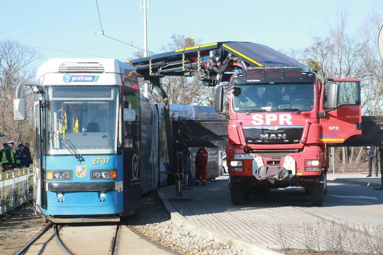Tramwaj wykoleił się na pętli Oporów. Zablokowany przejazd (ZDJĘCIA)